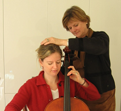 Woman playing cello using Alexander Techniek
